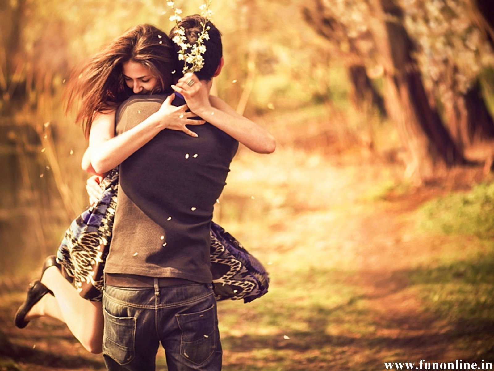 pleasing-couple-love-hug-wallpaper